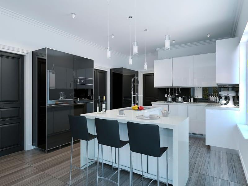 מטבח קלאסי שחור לבן עם אי בצבע לבן וכסאות בר צבע שחור