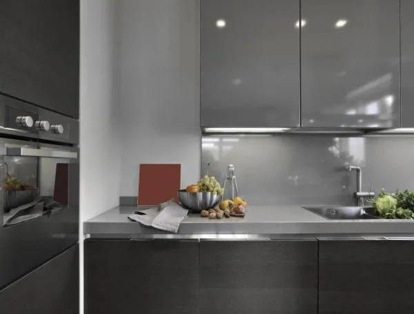 מטבח מודרני בצבע אפור עכבר ושיש אפור בהיר
