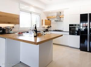 מטבח מעוצב צבע לבן עם שיש עץ בוצר