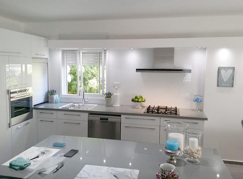 מטבח מעוצב בצבע לבן עם אי בצבע אפור