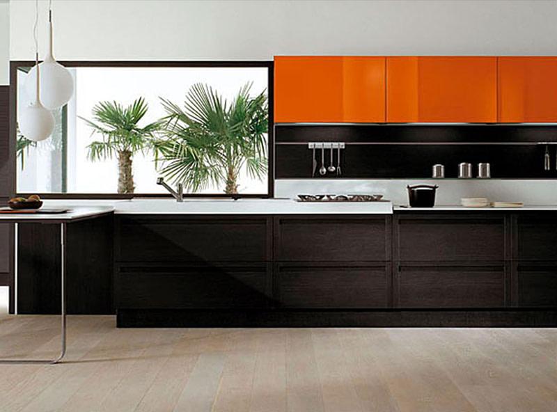 מטבח מעוצב בצבע שחור עם קלפה בצבע כתום
